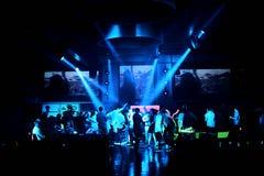 Φωτογραφία εστιατορίων μπλε και λευκό αιθουσών χορού γαμήλιος partypeople χορός στο κόμμα Στοκ Εικόνες