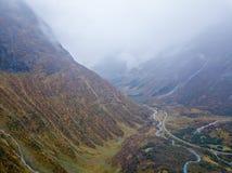 Φωτογραφία κηφήνων διάφορων μικρών καταρρακτών στα βουνά με τα σύννεφα που καλύπτουν τα κοντά στον παγετώνα Bøjabreen στη Νορβηγ στοκ εικόνες με δικαίωμα ελεύθερης χρήσης