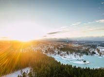 Φωτογραφία κηφήνων μιας ηλιόλουστης χειμερινής ημέρας πέρα από το τοπίο επαρχίας στοκ εικόνες