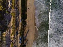Φωτογραφία κηφήνων της παραλίας σε Barra DA Tijuca, Ρίο ντε Τζανέιρο, Βραζιλία Τα κύματα που συντρίβουν με ασπρίζουν, η χρυσή άμμ Στοκ φωτογραφία με δικαίωμα ελεύθερης χρήσης