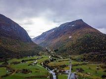 Φωτογραφία κηφήνων των δασών στα βουνά και του ποταμού Hjelledøla σε Folva, Νορβηγία με τα σύννεφα που καλύπτουν τα βουνά στοκ εικόνα