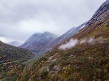 Φωτογραφία κηφήνων των δασών στα βουνά και του ποταμού Hjelledøla σε Folva, Νορβηγία με τα σύννεφα που καλύπτουν τα βουνά στοκ εικόνα με δικαίωμα ελεύθερης χρήσης