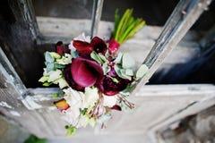 Φωτογραφία κινηματογραφήσεων σε πρώτο πλάνο μιας γαμήλιας ανθοδέσμης που γίνεται από πορφυρό calla lilie Στοκ φωτογραφίες με δικαίωμα ελεύθερης χρήσης
