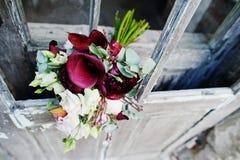 Φωτογραφία κινηματογραφήσεων σε πρώτο πλάνο μιας γαμήλιας ανθοδέσμης που γίνεται από πορφυρό calla lilie Στοκ εικόνες με δικαίωμα ελεύθερης χρήσης