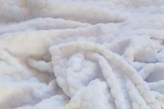 Φωτογραφία κινηματογραφήσεων σε πρώτο πλάνο του μαλακού, χνουδωτού άσπρου καλύμματος ύπνου στοκ φωτογραφίες