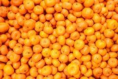 Φωτογραφία κινηματογραφήσεων σε πρώτο πλάνο του μικρού και φρέσκου πορτοκαλιού στοκ εικόνα