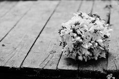 Φωτογραφία κινηματογραφήσεων σε πρώτο πλάνο των γαμήλιων δαχτυλιδιών και της γαμήλιας ανθοδέσμης που βάζουν στο θόριο Στοκ φωτογραφία με δικαίωμα ελεύθερης χρήσης