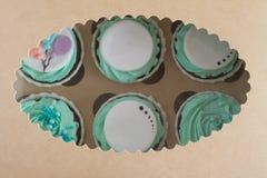 Φωτογραφία κινηματογραφήσεων σε πρώτο πλάνο των ζωηρόχρωμων cupcakes στο κιβώτιο εγγράφου στοκ εικόνες με δικαίωμα ελεύθερης χρήσης
