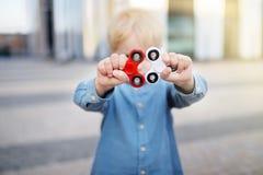 Φωτογραφία κινηματογραφήσεων σε πρώτο πλάνο fidget εκμετάλλευσης αγοριών preschooler των κλωστών Στοκ φωτογραφία με δικαίωμα ελεύθερης χρήσης