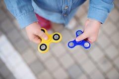 Φωτογραφία κινηματογραφήσεων σε πρώτο πλάνο fidget εκμετάλλευσης αγοριών preschooler των περιστρεφόμενων κλωστών Στοκ Φωτογραφίες