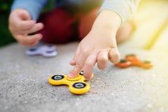 Φωτογραφία κινηματογραφήσεων σε πρώτο πλάνο fidget εκμετάλλευσης αγοριών preschooler των περιστρεφόμενων κλωστών Στοκ φωτογραφία με δικαίωμα ελεύθερης χρήσης