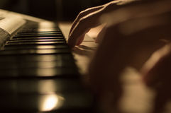 Φωτογραφία κινηματογραφήσεων σε πρώτο πλάνο ενός χεριού που παίζει τα κλειδιά πιάνων Έννοια: Μουσική που δημιουργεί, σύνθεση, λυρ Στοκ Φωτογραφίες