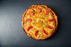 Φωτογραφία κινηματογραφήσεων σε πρώτο πλάνο της κλασικής πίτας της Λωρραίνης πίτα με τις ντομάτες στοκ εικόνα με δικαίωμα ελεύθερης χρήσης