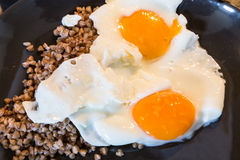 Φωτογραφία κινηματογραφήσεων σε πρώτο πλάνο δύο αυγών Στοκ Φωτογραφία