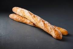 Φωτογραφία κινηματογραφήσεων σε πρώτο πλάνο δύο γαλλικών baguettes στο γκρίζο της υφής backgrou στοκ εικόνες