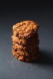 Φωτογραφία κινηματογραφήσεων σε πρώτο πλάνο oatmeal cokies του σωρού στο γκρίζο υπόβαθρο Στοκ φωτογραφία με δικαίωμα ελεύθερης χρήσης