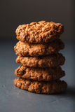 Φωτογραφία κινηματογραφήσεων σε πρώτο πλάνο oatmeal cokies του σωρού στο γκρίζο υπόβαθρο στοκ εικόνα
