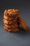 Φωτογραφία κινηματογραφήσεων σε πρώτο πλάνο oatmeal cokies του σωρού στο γκρίζο υπόβαθρο στοκ εικόνες