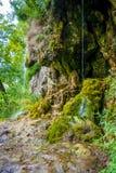 Φωτογραφία λίγου καταρράκτη που ρέει στη σπηλιά Στοκ Εικόνες