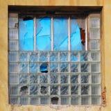 Φωτογραφία λεπτομέρειας χρώματος της παλαιάς καταστροφής με τα σπασμένα παράθυρα Στοκ Εικόνες