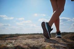 Φωτογραφία μελών του σώματος των ποδιών κοριτσιών ` s Το νέο αγόρι βοηθά το κορίτσι του Αναρρίχηση σε έναν τοίχο ασβεστόλιθων με  στοκ φωτογραφίες