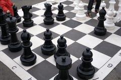 Φωτογραφία με μια εικόνα ενός πίνακα σκακιού και των κομματιών σκακιού, ξύλινα κομμάτια σκακιού σε έναν πίνακα σκακιού Στοκ Εικόνες