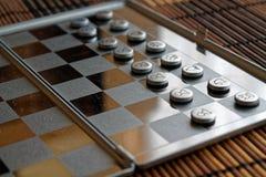 Φωτογραφία με μια εικόνα ενός πίνακα χάλυβα σκακιού και των κομματιών σκακιού, κομμάτια σκακιού μετάλλων σε έναν πίνακα σκακιού μ Στοκ Εικόνες