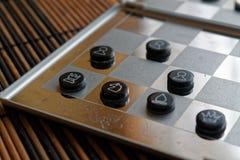 Φωτογραφία με μια εικόνα ενός πίνακα χάλυβα σκακιού και των κομματιών σκακιού, κομμάτια σκακιού μετάλλων σε έναν πίνακα σκακιού μ Στοκ εικόνα με δικαίωμα ελεύθερης χρήσης