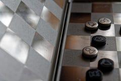 Φωτογραφία με μια εικόνα ενός πίνακα χάλυβα σκακιού και των κομματιών σκακιού, κομμάτια σκακιού μετάλλων σε έναν πίνακα σκακιού μ Στοκ Φωτογραφίες