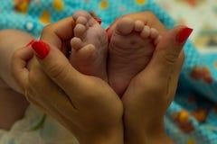 Φωτογραφία με τα πόδια των παιδιών στοκ φωτογραφίες