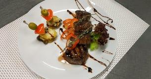 Φωτογραφία με τα τρόφιμα Μενταγιόν με gratin πατατών στοκ εικόνες