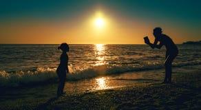 Φωτογραφία μητέρων κοντά στη θάλασσα στοκ εικόνα
