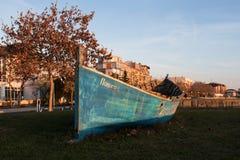Φωτογραφία μιας βάρκας στο έδαφος στοκ εικόνες με δικαίωμα ελεύθερης χρήσης