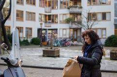 Φωτογραφία μιας γυναίκας στις οδούς του Άμστερνταμ στοκ φωτογραφία με δικαίωμα ελεύθερης χρήσης