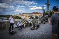 Φωτογραφία μιας ζώνης γεφυρών στην Πράγα στη γέφυρα του Charles - μουσική οδών Στοκ Φωτογραφίες