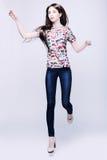 Φωτογραφία μιας νέας γυναίκας στο τζιν παντελόνι Στοκ φωτογραφία με δικαίωμα ελεύθερης χρήσης