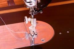 Φωτογραφία μιας παλαιάς εκλεκτής ποιότητας ράβοντας μηχανής χεριών Εκλεκτική εστίαση Νέο ξανασχεδιασμένο απελευθέρωση τραπεζογραμ Στοκ Φωτογραφία