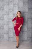 Φωτογραφία μόδας μιας όμορφης νέας γυναίκας στην τοποθέτηση φορεμάτων στοκ εικόνα