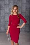 Φωτογραφία μόδας μιας όμορφης νέας γυναίκας στο κόκκινο φόρεμα με την ταμπλέτα στοκ εικόνες με δικαίωμα ελεύθερης χρήσης