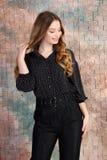 Φωτογραφία μόδας του νέου όμορφου θηλυκού προτύπου στο φόρεμα στοκ εικόνα