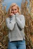 Φωτογραφία μόδας ύφους Blog της χαριτωμένης ξανθής γυναίκας στον τομέα καλαμποκιού στα τέλη του φθινοπώρου στοκ φωτογραφίες