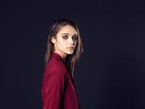 Φωτογραφία μόδας της νέας όμορφης γυναίκας στο μαύρο υπόβαθρο Στοκ φωτογραφία με δικαίωμα ελεύθερης χρήσης