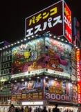 Φωτογραφία νύχτας της γωνίας με τους γιγαντιαίους πίνακες διαφημίσεων σε Shinjuku Στοκ Εικόνες