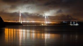 Φωτογραφία νύχτας του κόλπου θάλασσας με το σκάφος, γέφυρα Στοκ Εικόνες