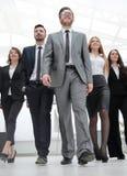φωτογραφία ομάδας ένας ηγέτης και μια ομάδα επιχειρηματιών στοκ εικόνες