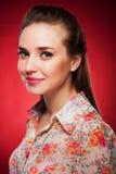 Φωτογραφία ομορφιάς ενός καυκάσιου προτύπου στο κόκκινο υπόβαθρο Στοκ Εικόνες