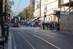 Φωτογραφία οδών της πόλης της Ιστανμπούλ με το τραμ και το περπάτημα πλήθους Στοκ φωτογραφία με δικαίωμα ελεύθερης χρήσης
