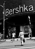 Φωτογραφία οδών του Βουκουρεστι'ου - πλατεία Unirii - κατάστημα Bershka Στοκ εικόνα με δικαίωμα ελεύθερης χρήσης