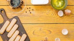 Φωτογραφία πάνω από τον πίνακα με τα μπισκότα savoyardi, καφές Στοκ Φωτογραφίες