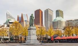 Φωτογραφία πανοράματος του αγάλματος του πορτοκαλιού του William vam στο het Plein στη Χάγη στους τόνους φθινοπώρου με τον ορίζον στοκ εικόνες με δικαίωμα ελεύθερης χρήσης